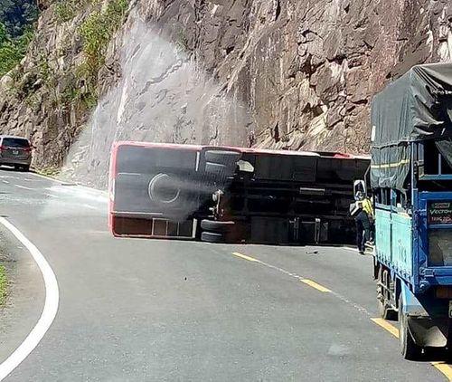 Hiện trường xe khách bị lật trên đèo Khánh Hoà, 18 người thương vong - Ảnh 1