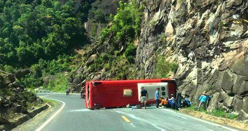 Hiện trường xe khách bị lật trên đèo Khánh Hoà, 18 người thương vong - Ảnh 4