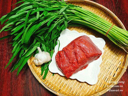 Cách làm thịt bò xào rau muống xanh giòn, thơm ngon  - Ảnh 1