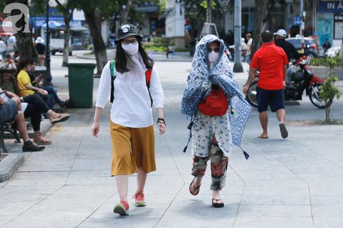 """""""Chảo lửa"""" 40 độ, người dân Thủ đô mệt nhoài tìm đủ cách tránh nắng - Ảnh 1"""