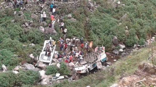 Xe buýt lao xuống hẻm núi, gần 50 người tử vong - Ảnh 1