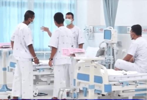 Những hình ảnh đầu tiên của đội bóng nhí Thái Lan tại bệnh viện - Ảnh 2