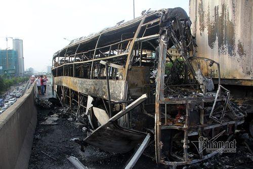 Video: Xe khách giường nằm cháy ngùn ngụt trên đường vành đai 3 - Ảnh 1