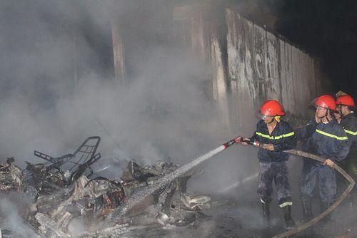 Hiện trường vụ xe container bốc cháy dữ dội trên quốc lộ 1   - Ảnh 3