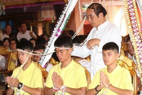 Đội bóng nhí Thái Lan tới chùa cầu phúc trước khi trở về bên gia đình - Ảnh 1
