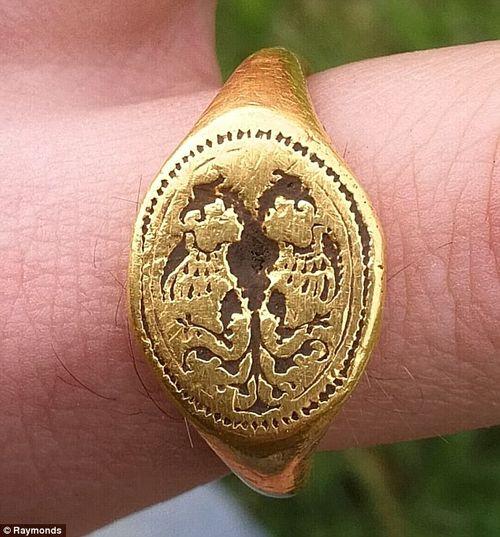 Vô tình nhặt được chiếc nhẫn trị giá 300 triệu đồng ngoài cánh đồng - Ảnh 1