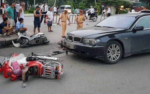 Hà Nội: Nữ tài xế BMW gây tai nạn liên hoàn do giày cao gót vướng vào chân ga  - Ảnh 1