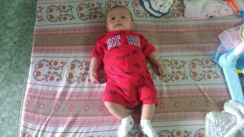 Đồng Nai: Xót xa bé trai 3 tháng tuổi bị bỏ rơi bên lề đường  - Ảnh 1