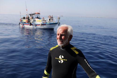 Cụ ông 95 tuổi lập kỷ lục thợ lặn già nhất thế giới  - Ảnh 1