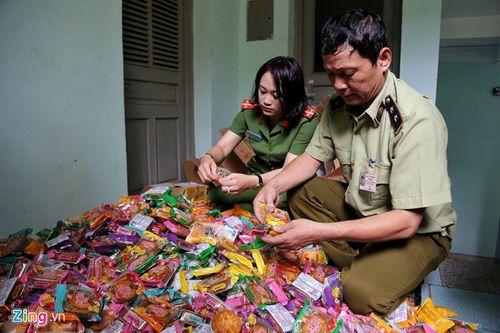 Hà Nội: Thu giữ gần 2.000 bánh trung thu siêu rẻ, không hạn sử dụng - Ảnh 1