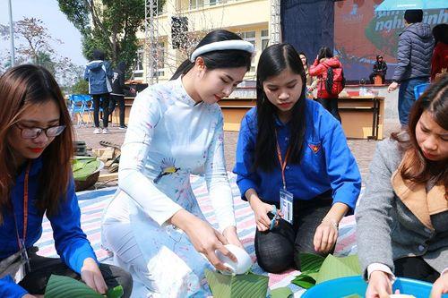 Hoa hậu Ngọc Hân tham gia gói bánh cùng thầy trò trường Đại học Đại Nam - Ảnh 1
