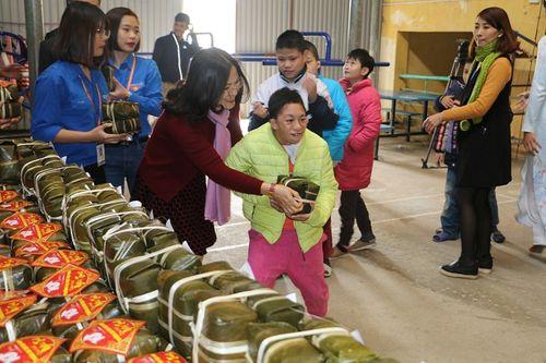 Hoa hậu Ngọc Hân tham gia gói bánh cùng thầy trò trường Đại học Đại Nam - Ảnh 4