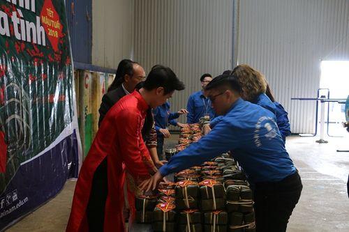 Hoa hậu Ngọc Hân tham gia gói bánh cùng thầy trò trường Đại học Đại Nam - Ảnh 6