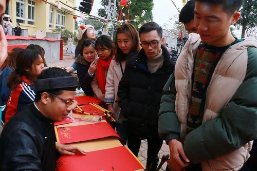 Hoa hậu Ngọc Hân tham gia gói bánh cùng thầy trò trường Đại học Đại Nam - Ảnh 8