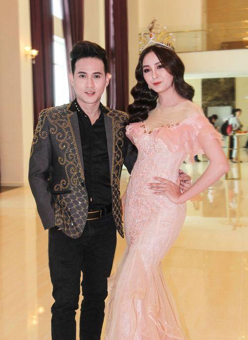 Ca sỹ Nguyên Vũ giữ vai trò làm Ban giám khảo cuộc thi Hoa Khôi Nam Bộ 2018 - Ảnh 3