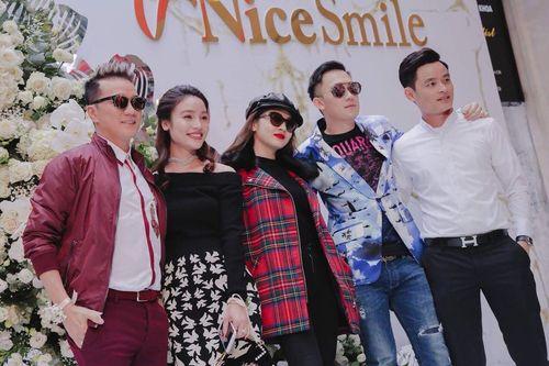 """Bí mật đằng sau nụ cười """"toả nắng"""" của dàn sao Showbiz Việt - Ảnh 2"""