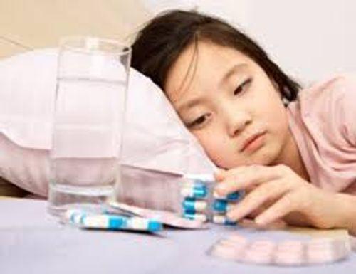 Trẻ uống kháng sinh có nguy cơ cao bị táo bón - Ảnh 1