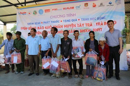 """Đoàn y bác sĩ """"vượt núi"""" khám bệnh cho bà con nghèo tỉnh Quảng Ngãi - Ảnh 1"""