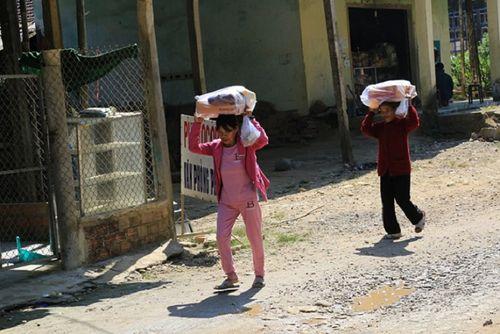 """Đoàn y bác sĩ """"vượt núi"""" khám bệnh cho bà con nghèo tỉnh Quảng Ngãi - Ảnh 2"""