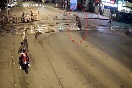 Video: Nam thanh niên tông sập rào chắn tàu - Ảnh 1