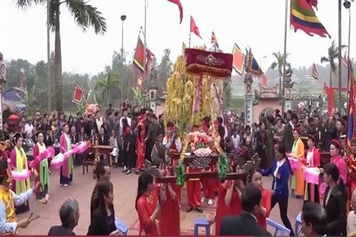 Video: Hàng trăm người lao vào cướp bông để lấy lộc trong năm mới - Ảnh 2