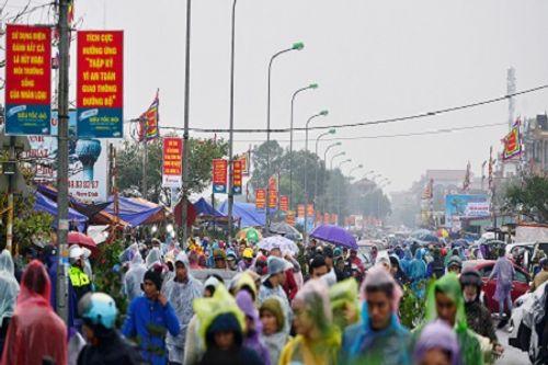 Video: Hàng nghìn người chen lấn, xô đẩy tại Phủ Dầy - Ảnh 12