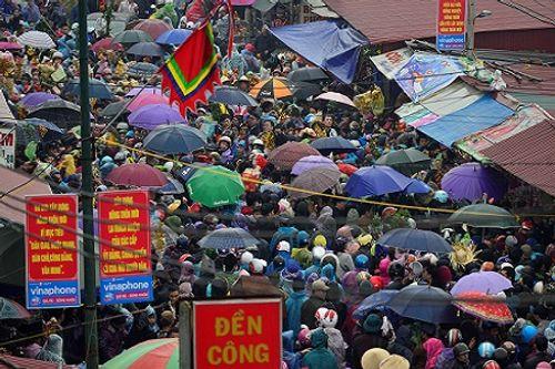 Video: Hàng nghìn người chen lấn, xô đẩy tại Phủ Dầy - Ảnh 13