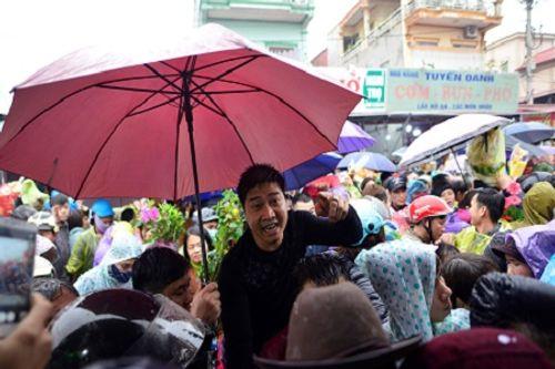 Video: Hàng nghìn người chen lấn, xô đẩy tại Phủ Dầy - Ảnh 14