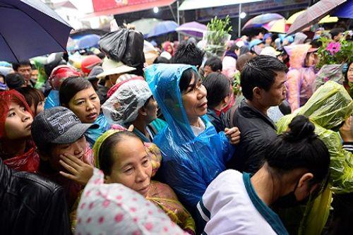 Video: Hàng nghìn người chen lấn, xô đẩy tại Phủ Dầy - Ảnh 15