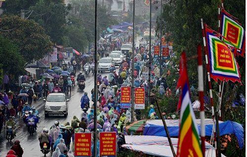 Video: Hàng nghìn người chen lấn, xô đẩy tại Phủ Dầy - Ảnh 16