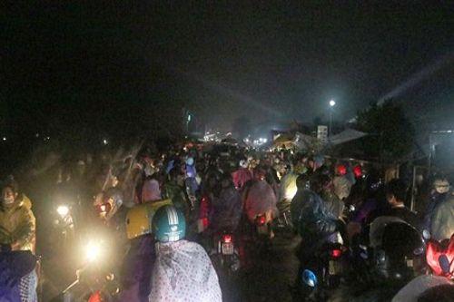 Video: Hàng nghìn người chen lấn, xô đẩy tại Phủ Dầy - Ảnh 8