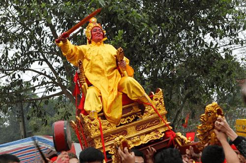 """Chùm ảnh: Hàng chục thanh niên tung hô, nghiêng ngả kiệu """"chúa sống"""" ở Hà Nội - Ảnh 1"""