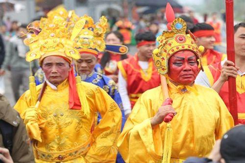 """Chùm ảnh: Hàng chục thanh niên tung hô, nghiêng ngả kiệu """"chúa sống"""" ở Hà Nội - Ảnh 13"""
