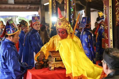 """Chùm ảnh: Hàng chục thanh niên tung hô, nghiêng ngả kiệu """"chúa sống"""" ở Hà Nội - Ảnh 15"""
