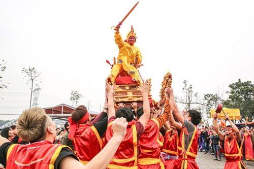 """Chùm ảnh: Hàng chục thanh niên tung hô, nghiêng ngả kiệu """"chúa sống"""" ở Hà Nội - Ảnh 17"""