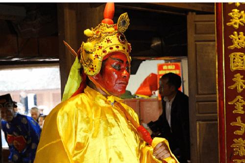 """Chùm ảnh: Hàng chục thanh niên tung hô, nghiêng ngả kiệu """"chúa sống"""" ở Hà Nội - Ảnh 2"""