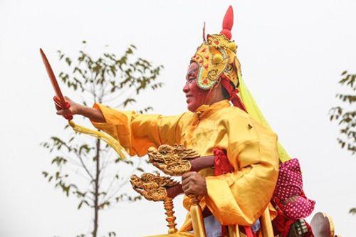 """Chùm ảnh: Hàng chục thanh niên tung hô, nghiêng ngả kiệu """"chúa sống"""" ở Hà Nội - Ảnh 18"""