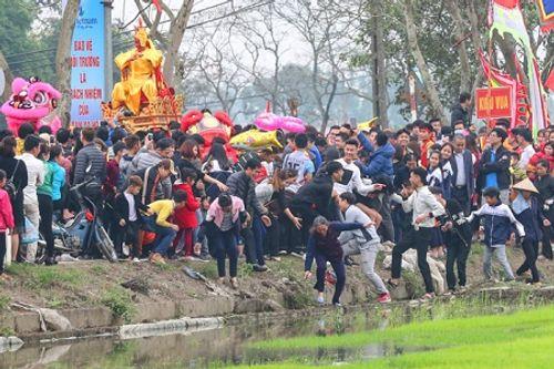 """Chùm ảnh: Hàng chục thanh niên tung hô, nghiêng ngả kiệu """"chúa sống"""" ở Hà Nội - Ảnh 19"""