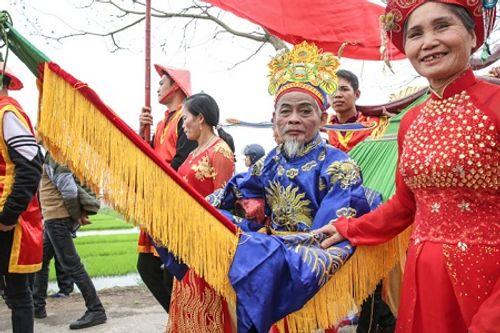 """Chùm ảnh: Hàng chục thanh niên tung hô, nghiêng ngả kiệu """"chúa sống"""" ở Hà Nội - Ảnh 20"""