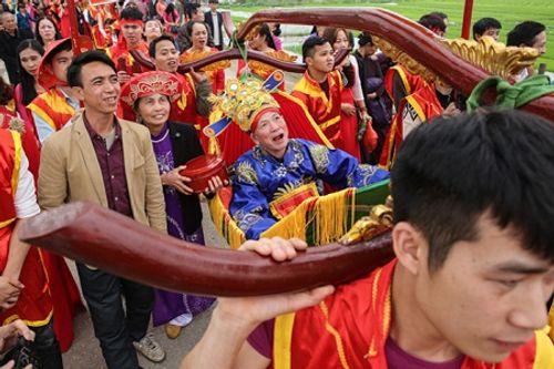 """Chùm ảnh: Hàng chục thanh niên tung hô, nghiêng ngả kiệu """"chúa sống"""" ở Hà Nội - Ảnh 21"""
