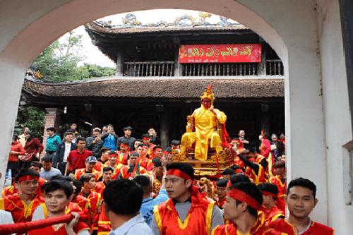 """Chùm ảnh: Hàng chục thanh niên tung hô, nghiêng ngả kiệu """"chúa sống"""" ở Hà Nội - Ảnh 5"""