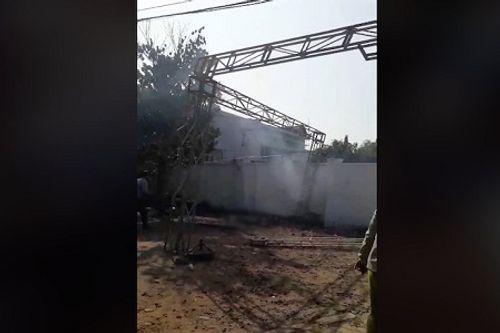Video: Giàn giáo va đường điện cao thế phát nổ, 1 người tử vong - Ảnh 1