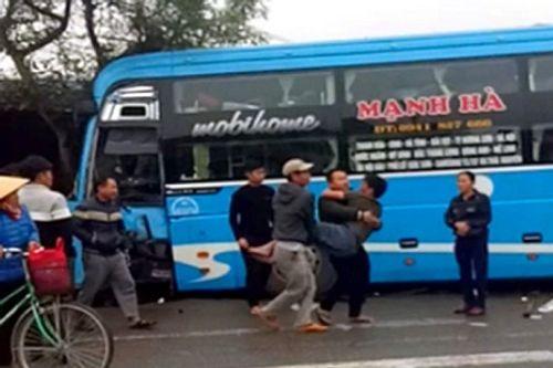 Video: Container tông xe khách, người dân dùng xà beng giải cứu nạn nhân  - Ảnh 1