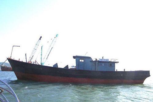 """Phát hiện tàu """"ma"""" trôi gần cửa khẩu Thuận An - Ảnh 1"""