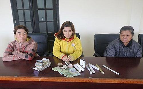 Tóm gọn 3 phụ nữ dùng băng dính trộm tiền công đức - Ảnh 1