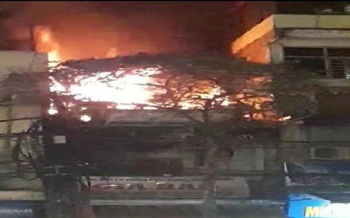 Hà Nội: Cháy ngôi nhà 3 tầng, nhiều người dân hoảng loạn - Ảnh 1