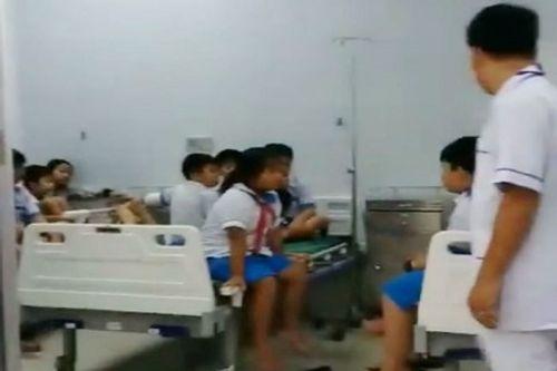 Hàng chục học sinh bị ngộ độc sau khi ăn sáng tại trường - Ảnh 1