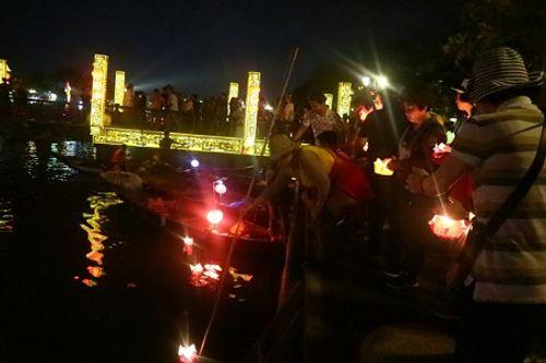 Video: Đèn hoa đăng lung linh sắc màu trong Tết Nguyên tiêu ở Hội An - Ảnh 4