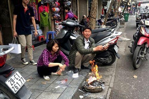 Chùm ảnh: Lửa đốt vàng mã bập bùng trong ngày Rằm tháng Giêng tại Hà Nội - Ảnh 1