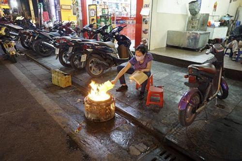 Chùm ảnh: Lửa đốt vàng mã bập bùng trong ngày Rằm tháng Giêng tại Hà Nội - Ảnh 10